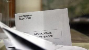 Diverses butlletes a una urna electoral durant la jornada d'eleccions europees d'aquest diumenge ACN