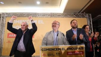 Els candidats d'ERC-NECat-Catalunya Sí, Ernest Maragall i Josep Maria Terricabras celebren els resultats electorals d'aquest diumenge al costat del president del partit, Oriol Junqueras, i la secretària general, Marta Rovira QUIM PUIG