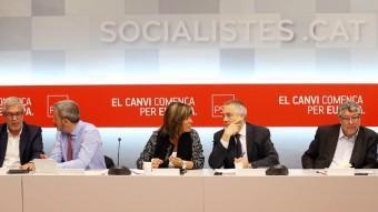 Pere Navarro, al centre, acompanyat dels alcaldes o alcaldables Ballesteros (Tarragona), Collboni (Barcelona), Marín (l'Hospitalet), Balmon (Cornellà) i Parlon (Santa Coloma), ANDREU PUIG