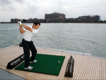 Un jugador de golf fent un swing amb Ecobioball