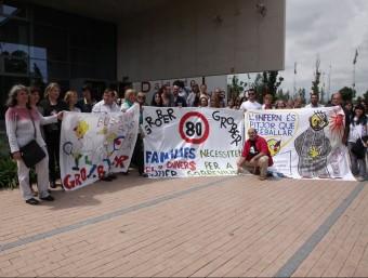 Els treballadors i amics van desplegar una pancarta davant el palau de justícia abans de començar el judici. JOAN SABATER