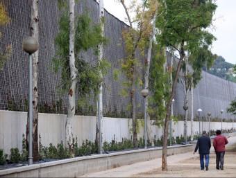 Dos veïns passegen al costat de la pantalla acústica situada entre la C58 i Badia del Vallès. QUIM PUIG