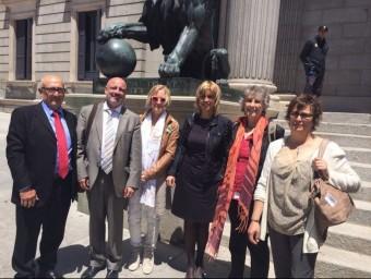 La comitiva que va viatjar a Madrid. D'esquerra dreta, Josep Fuentes, Xavi Sanllehí, Carme Barceló, Marta Felip, Maria Crehuet i Marina Gutés. EL PUNT AVUI