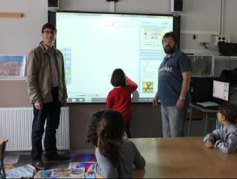 Una de les pissarres en una aula de l'escola, amb el regidor de Medi Ambient i el director del centre EL PUNT AVUI