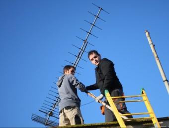 Dos instal·ladors adaptant l'antena el 2010 arran de l'apagada analògica. LLUÍS SERRAT