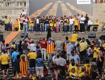 Una de les actuacions que es van fer a les escales de la catedral de Girona el dia de la Via Catalana MANEL LLADÓ