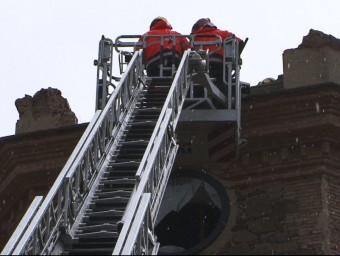 Els bombers treballen al campanar EL 9 NOU