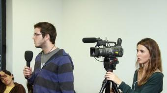 Un estudians de la Universitat Pompeu Fabra fent una entrevista ANDREU PUIG