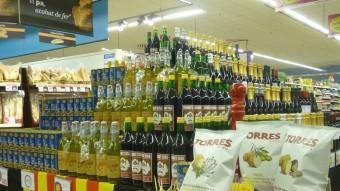 Prestatgeria d'un supermercat amb productes catalans MARIA TERESA MÁRQUEZ