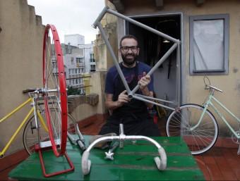 Jaume Ibáñez Pellicer dissenya i fabrica les bicicletes personalitzades Cutero.  JOAN SABATER