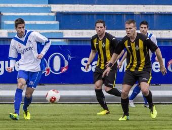 Camacho, pressiónat per Uri Escabrós i Nils en el partit de lliga disputat al Nou Sardenya el mes de febrer ALBERT SALAMÉ