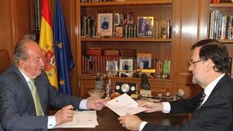 El rei Joan Carles lliura la carta de l'abdicació al president del govern espanyol, Mariano Rajoy, aquest dilluns a La Zarzuela EFE