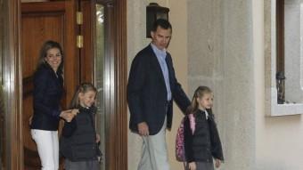 Els prínceps surten de casa per dur les seves filles , Leonor i Sofía, a escola. És una de les dues fotos que la Casa del Rei va cedir en motiu del desè aniversari de casament BORJA FOTÓGRAFOS