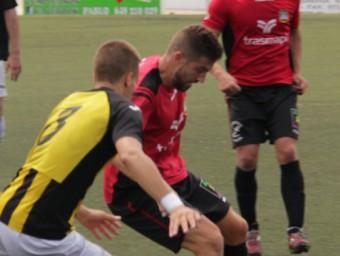 Uri Escabrós pressiona un jugador local, ahir NOUDIARI
