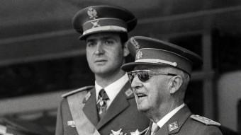 Joan Carles amb el general Franco en un acte militar a Madrid el juny del 1971 AFP