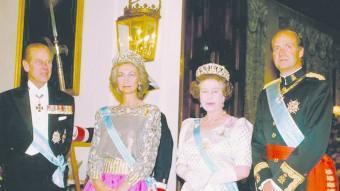 La reina Isabel i el rei Joan Carles, en una visita de la monarca britànica el 1988 DAILY MAIL