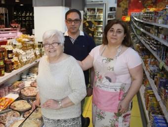 Montserrat Grau, amb els seus fills, Carles i Montserrat Padró-Solanet Grau.  ORIOL DURAN