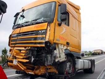 Estat en què ha quedat el camió implicat en l'accident, aquest dimecres a Avinyonet del Penedès ACN