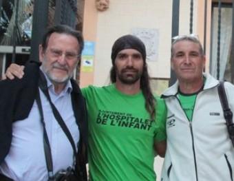 Fernández, segon per l'esquerra, amb el seu preparador físic i la delegació que el va rebre a Begur E.A