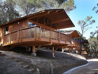 El noranta per cent dels bungalous del Càmping Cala Llevadó són de fusta. MANEL LLADÓ