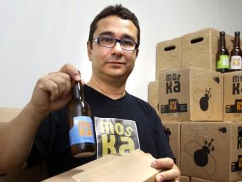 Josep Borrell és el productor de la cervesa gironina Moska.  JOAN CASTRO/ICONNA
