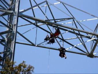Alguns dels activistes penjats a la torre d'alta tensió ACN