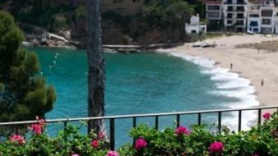 Vista des d'una de les cases de luxe que hi ha a la cala de Sarriera, a Begur. EL PUNT AVUI