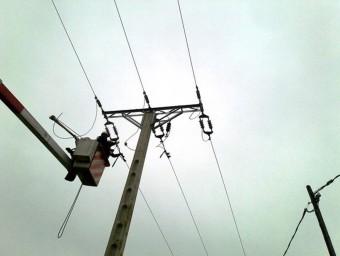 Treballadors d'Endesa, en els treballs de reforçament de les línies elèctriques de mitja tensió EL PUNT AVUI