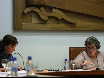 Gisela Saladich, a la dreta, en una intervenció d'un ple de l'Ajuntament de Tossa. A l'esquerra, Imma Colom. M. LLADÓ