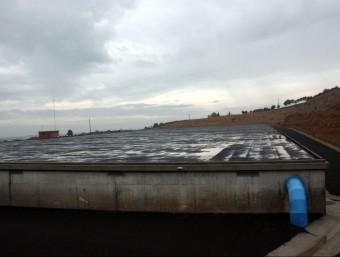 El nou dipòsit central de Lleida té capacitat per a 75.000 metres cúbics, que equival a una reserva d'aigua de tres dies. Amb aquest dipòsit es multiplica per cinc la capacitat d'emmagatzematge que hi havia fins ara. I això és possible en un espai gran com dos camps de futbol i d'una alçada de cinc metres. ACN