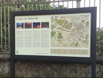 Un dels sis cartells informatius turístics de Caldes de Malavella, amb dades en quatre idiomes EL PUNT AVUI