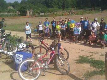 Un instant de la bicicletada reivindicativa que es va fer ahir al matí resseguint la llera del riu Ter. ACN