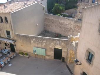 La Plaça d'Armes de Tossa, on l'Ajuntament té previst construir uns lavabos públics. EL PUNT AVUI