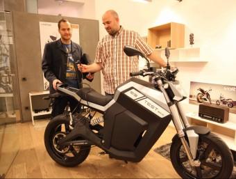 Diego Quiroga i Joan Sabata, amb el prototipus de la moto elèctrica Volta.  JUDIT FERNÁNDEZ
