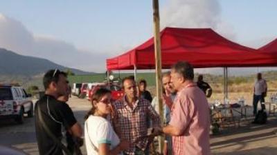 Manuel Civera i altres alcaldes al lloc de comandament durant l'incendi de 2012. ESCORCOLL