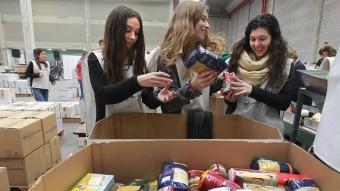 Joves voluntaris d'El Prat de Llobregat, al Banc dels Aliments. MARTA PÉREZ