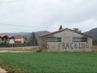 Una pintada contra les extraccions amb fracturació hidràiluques a la Vall d'en Bas JORDI CASAS