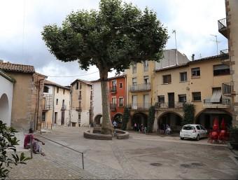Una imatge de la plaça de la vila d'Arbúcies , amb l'Arbre de la Llibertat, dimecres. Les cases van allotjar soldats borbònics el 1714 MANEL LLADÓ