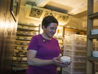 A Ossera, el poble dels artesans, hi ha una formatgeria reconeguda internacionalment.  EDU BAYER/MICROCATALUNYA