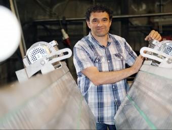 Gerard Blanch, a la fàbrica de Sant Feliu de Pallerols.  MANEL LLADÓ