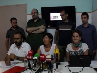 Membres de la Plataforma Sabadell Lliure de Corrupció, aquest dijous durant la roda de premsa a la seu d'EUiA a Sabadell ACN