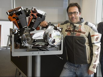 Josep Grañó posa a les oficines de Harley a Sant Cugat amb un dels característics motors de la marca.  JOSEP LOSADA