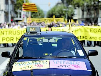 Imatge d'una de les protestes que els taxistes de Barcelona han organitzat contra la plataforma Uber en els darreres setmanes.  ARXIU