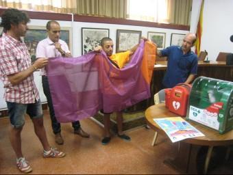 D'esquerra a dreta, Gabriel Nadal, Ricard Hernández, Sergi Gabri i Francesc Fonalledas, ahir al migdia a l'ajuntament de Tossa amb la bandera lila del sol AJ. TOSSA