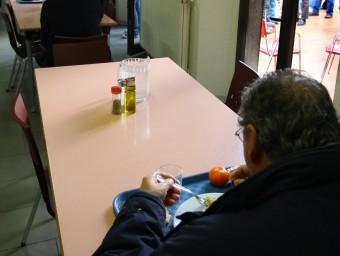 Persones sense sostre de Girona, fent cua per tenir un àpat al centre d'acollida La Sopa. LLUÍS SERRAT