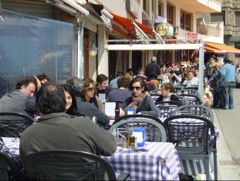 Terrasses dels restaurants de Tossa de Mar, plenes de gom a gom. EL PUNT AVUI