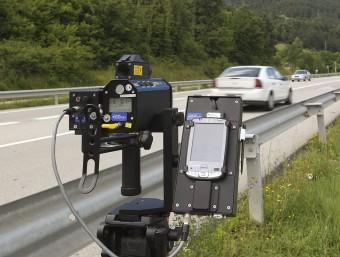 El radar mòbil que ha rebut la policia municipal de Ripoll instal·lat en un dels accessos a la vila. MARC SANYÉ / EL 9 NOU