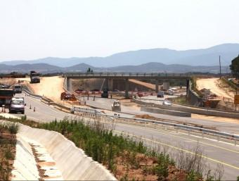 Una imatge d'ahir al migdia dels treballs de preparació del nou vial entre Franciac i Caldes (en primer terme), que s'obrirà dilluns. De moment, encara es pot transitar per la N-II i, venint des del nord, girar a mà esquerra i anar cap al municipi de Caldes JOAN SABATER