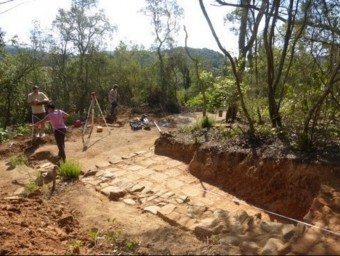Dos arqueòlegs treballant al nou assentament que s'ha trobat a la plana agrícola de Tossa. EL PUNT AVUI