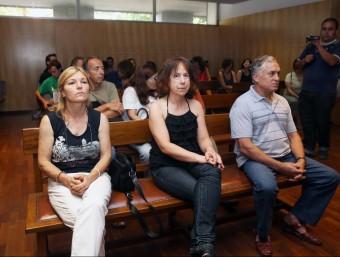 Els tres imputats , asseguts al banc dels acusats ahir just abans de començar el judici JOAN CASTRO / ICONNA
